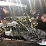 3-Het front van de Camaro met motor en automaat wordt in een mal geplaatst